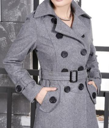 Серое пальто с длинным рукавом.
